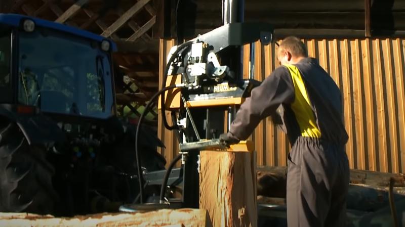 Holzspalters mit Hilfe eines Traktors verwendet